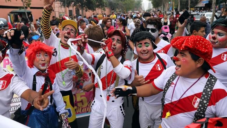 Kemeriahan Parade Badut Di Peru