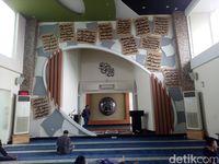 Ornamen kayu besi yang didatangkan dari Kalimantan (Ibnu Munsir/detikTravel)