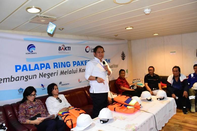Kepastian ini diperoleh usai Menkominfo Rudiantara melakukan kunjungan kerja ke proyek Palapa Ring paket tengah di Sulawesi Utara. Foto: BAKTI