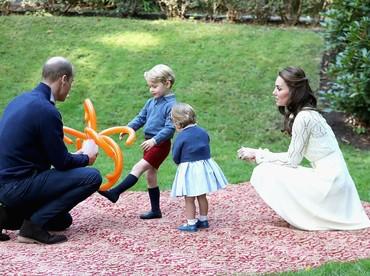 Asyiknya main bersama adik, ayah, dan bunda. (Foto: Getty Images)