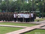 Satpol PP Berbaju Koko Bantu Pengamanan Tarawih Akbar di Istiqlal