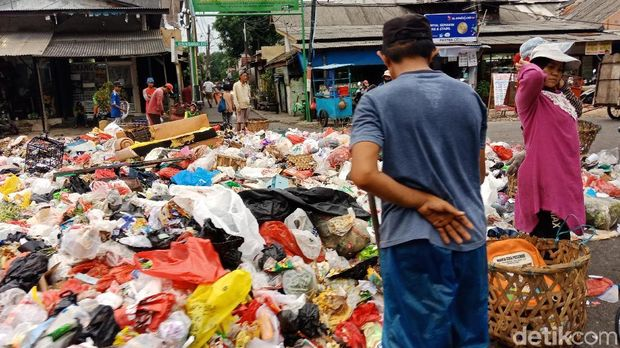 Sampah di LPS Bugis Meluber Tutupi Jalan