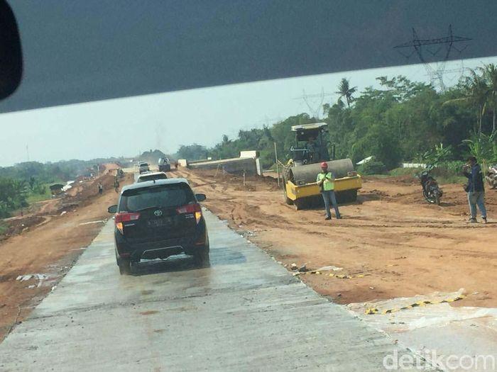 Masih banyak PR di ruas Pemalang-Batang. Jalan masih dilapisi tanah merah.