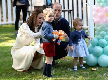 Pangeran George siap menarik pelatuk tembakan berisi gelembung sabun.(Foto: Getty Images)