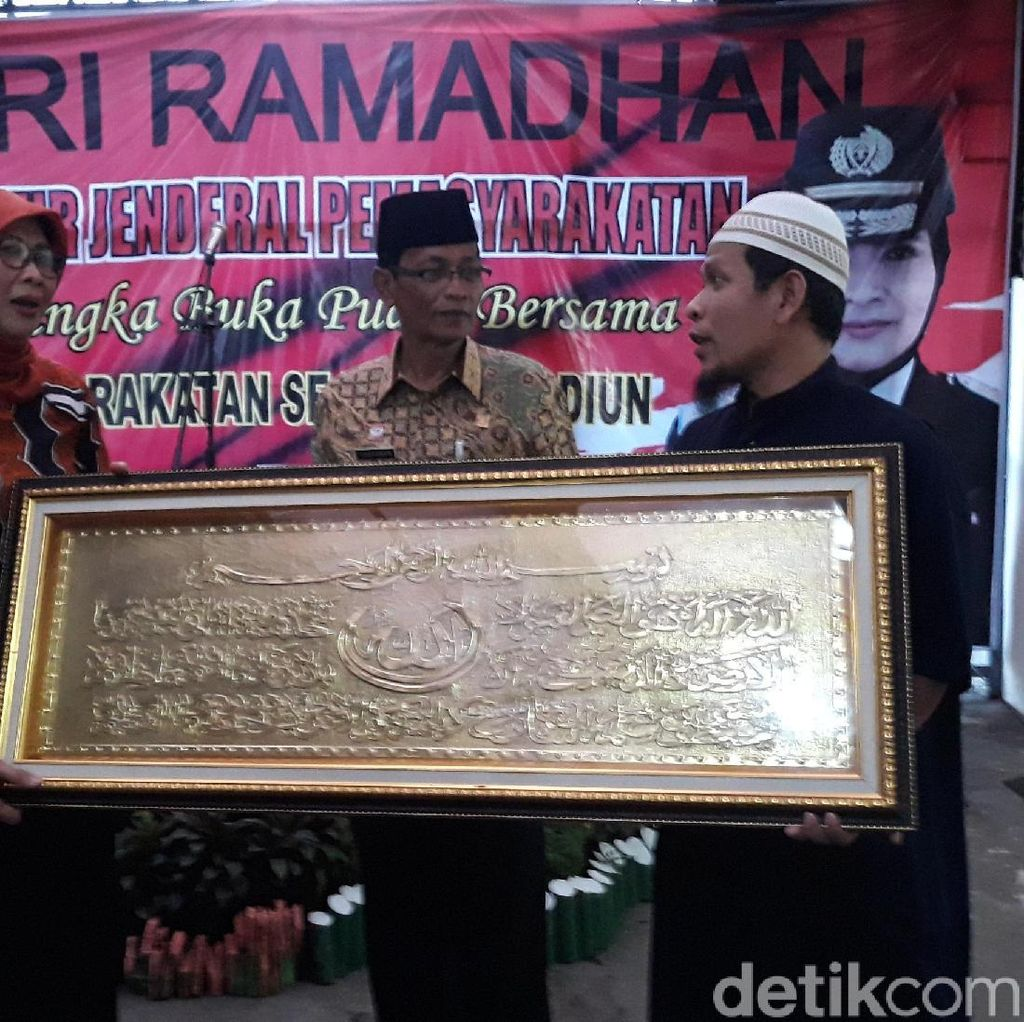 Ngaku Tobat, Napi Terorisme Ini Hadiahkan Kaligrafi ke Dirjen Pas