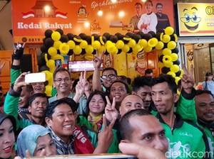 Asyik Layani Foto Bareng, Cawagub Sumut Sihar Batal Beli Kopi Mantu Jokowi