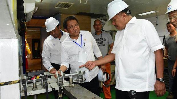 Menkominfo Rudiantara saat meninjau penggelaran kabel optik laut Palapa Ring paket Tengah