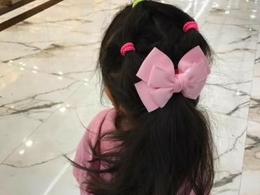 Rambut panjang dengan pita pink besar bikin penampilan Lim makin kece. (Foto: Instagram/lim_nikole)