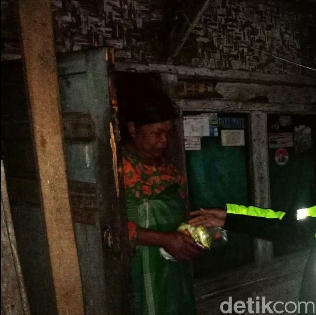 Polisi Sahur di Sukabumi, Bangunkan Warga dan Beri Sembako