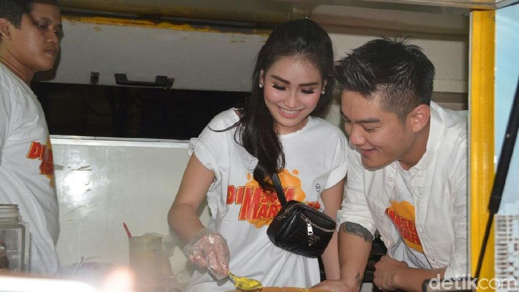 Gaya Ayu Ting Ting dan Boy William Jualan Martabak
