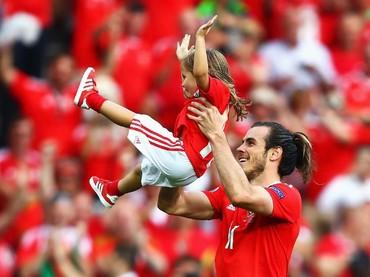Happy banget ayah Bale dan Alba setelah pertandingan berakhir. (Foto: Getty Images)