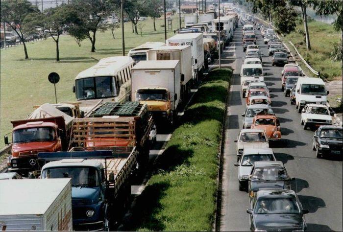 Sao Paulo, Brasil, pada November 2013, harus menghadapi kemacetan terparah yang membentang lebih dari 309 kilometer (km). Saking parahnya, di kala macet mereka bisa membaca, bercukur, merias wajah, hingga menonton film di dalam mobil. Istimewa/alltop9.com