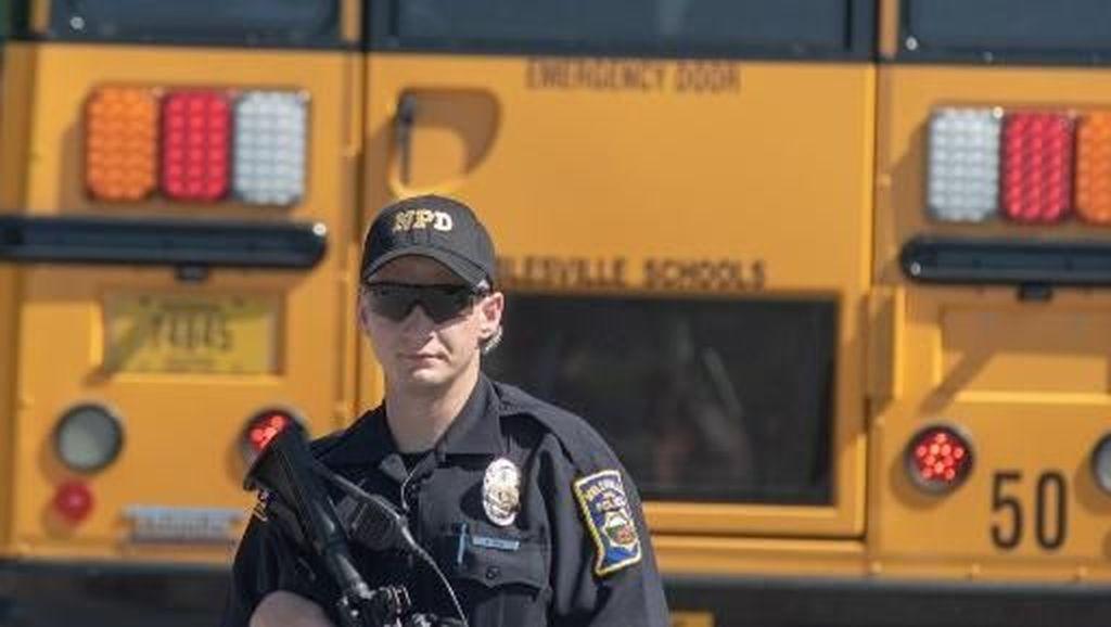 Komisi Bentukan Trump Rekomendasikan Para Guru Dipersenjatai