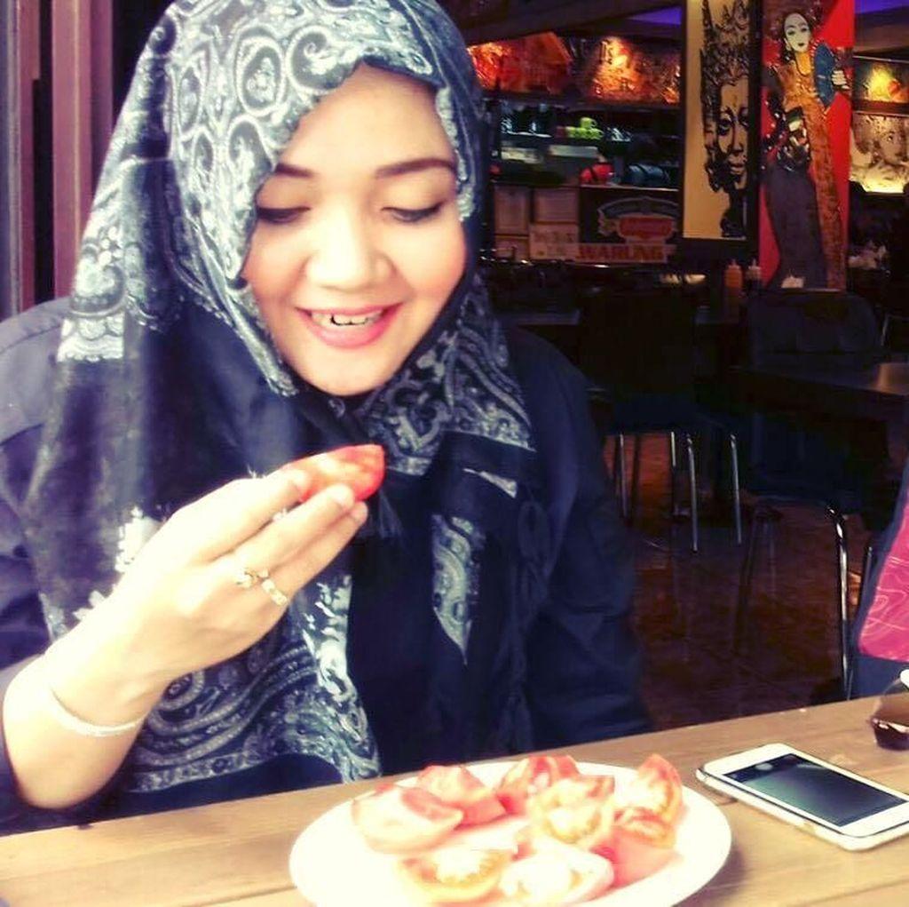Lama Tak Terlihat, Ini Pose Cantik Penyanyi Religi, Sulis Saat Makan