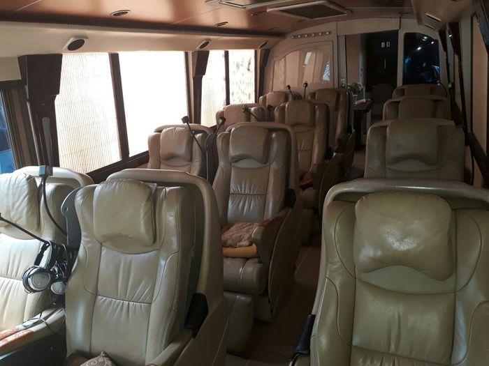 Bus ini dilengkapi 12 kursi dengan bahan kulit. Jarak antar kursi juga lebar sehingga memanjakan konsumen. Dok. Blue Bird.