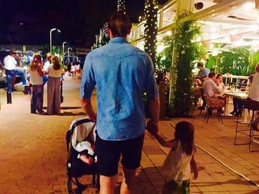 Jalan-jalan di malam hari sama anak-anak adalah salah satu quality time yang dilakukan Bale. (Foto: Instagram @garethbale11)