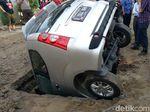 Lubang Menganga Bikin Mobil Mau Parkir Malah Celaka
