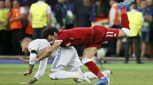 Mohamed Salah mengalami cedera bahu kiri usai ditarik bek Real Madrid, Sergio Ramos.