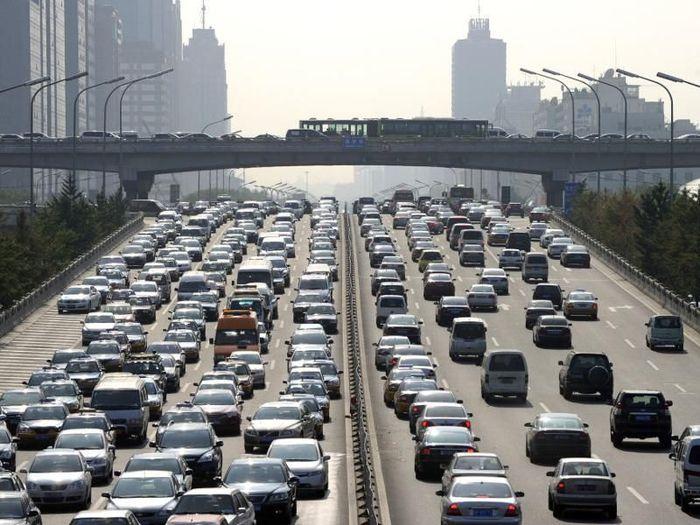 Beijing, China, pada Agustus 2010, mengalami kemacetan yang berlangsung 12 hari dengan mobil membentang lebih dari 100 km. Kemacetan yang berlarut-larut pun dimanfaatkan pedagang makanan yang mematok harga lebih tinggi di atas harga pasaran. Istimewa/alltop9.com