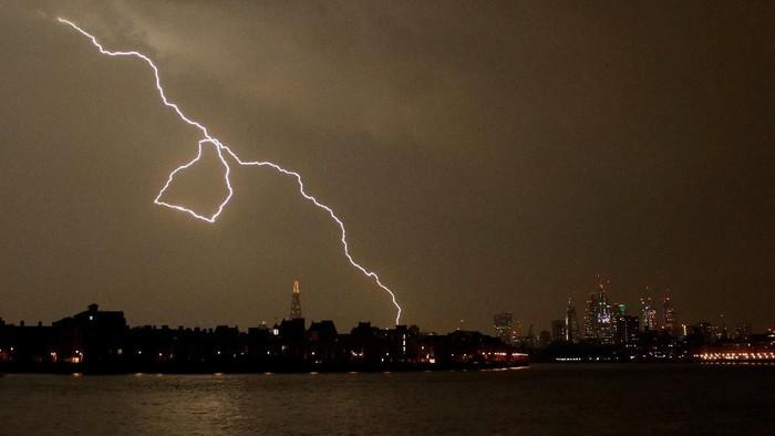Petir menyambar di langit London. Foto: Reuters