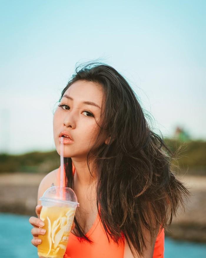 Memiliki hubungan dengan rapper kontroversial, Young Lex, membuat Kathy Indera menjadi sorotan terutama di Instagram. Ia pun sering membagikan momen ketika sedang makan. Foto: Instagram @kathyindera