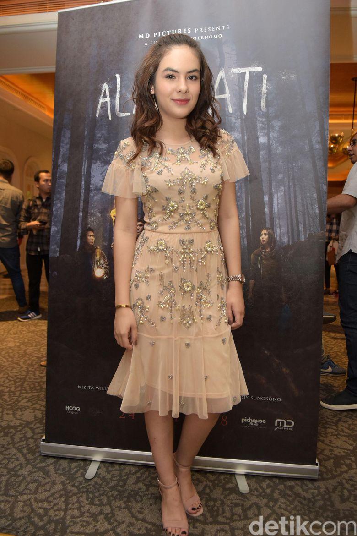 Stefhanie Zamora tampak dewasa saat hadir di acara screening film terbarunya belum lama ini. Foto: (Noel/detikhot)