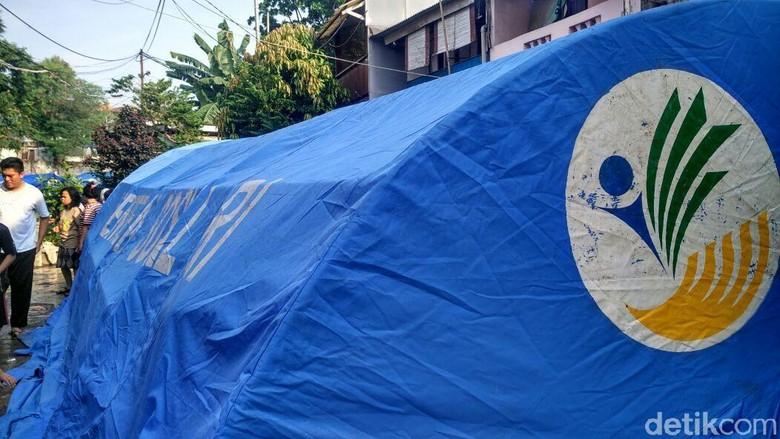 Tenda Pengungsi Didirikan di Permukiman Bidara Cina yang Terbakar