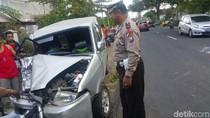 Mobil Kijang Kecelakaan Adu Jangkrik dengan Truk di Banyuwangi