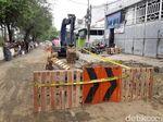 Lubang yang Bikin Mobil Nyungsep Kini Dibatasi Garis Polisi