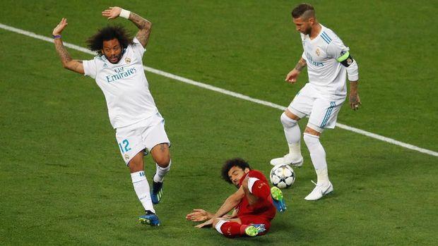 Mohamed Salah mengalami cedera usai dijatuhkan Sergio Ramos pada final Liga Champions musim lalu. (