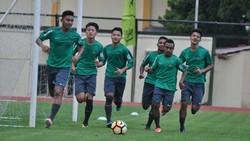 Pemain sepakbola Indonesia, Egy Maulana Vikri berhasil menjalani debutnya di tim Polandia Lechia Gdansk. Lihat Egy menjaga kebugarannya.