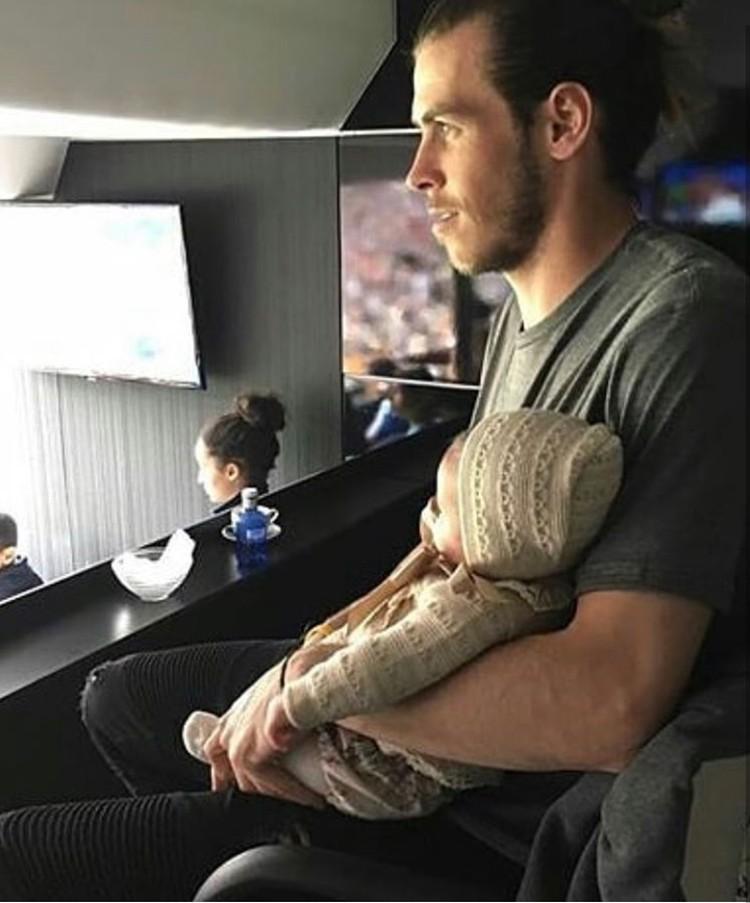 Tuh lihat Ayah Bale menggendong si kecil. (Foto: Instagram @emmarhysjones_fanpage)
