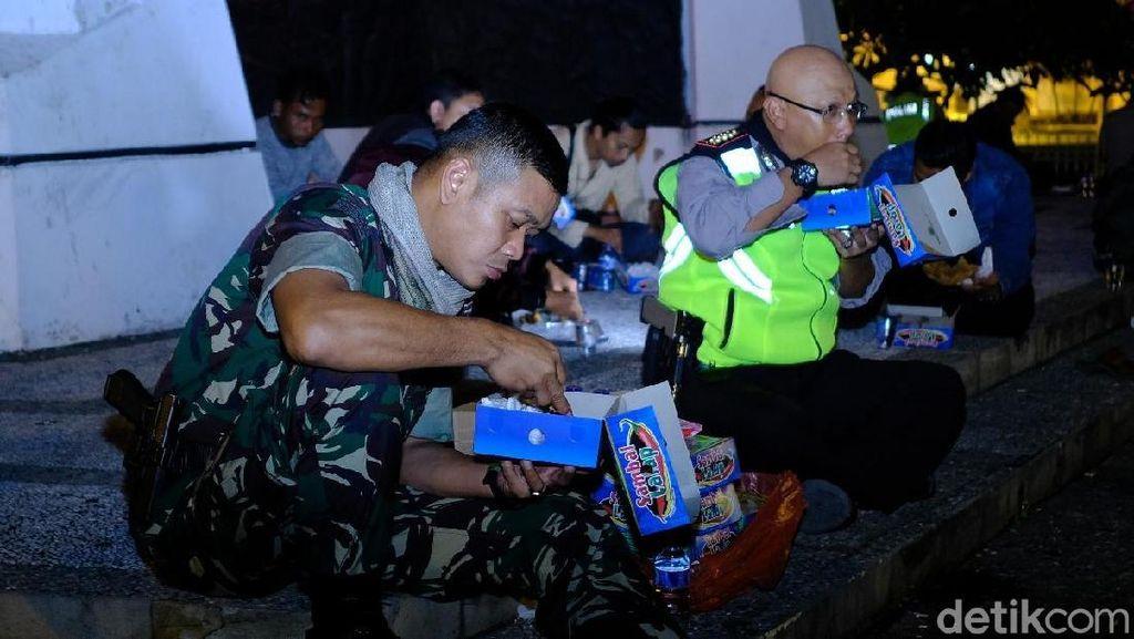 Kompak dan Mesranya TNI-Polri Sahur Bersama