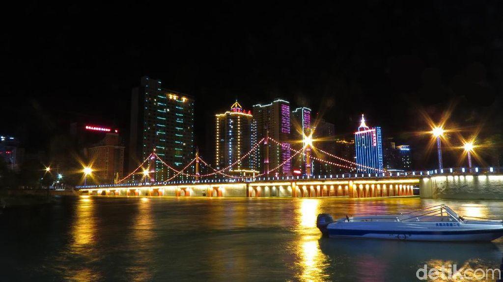 Kota Gurun di Jalur Sutra China yang Cantik di Malam Hari