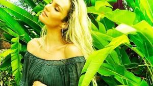 Penampilan Candice Swanepoel di Parade Lingerie 4 Bulan Setelah Melahirkan