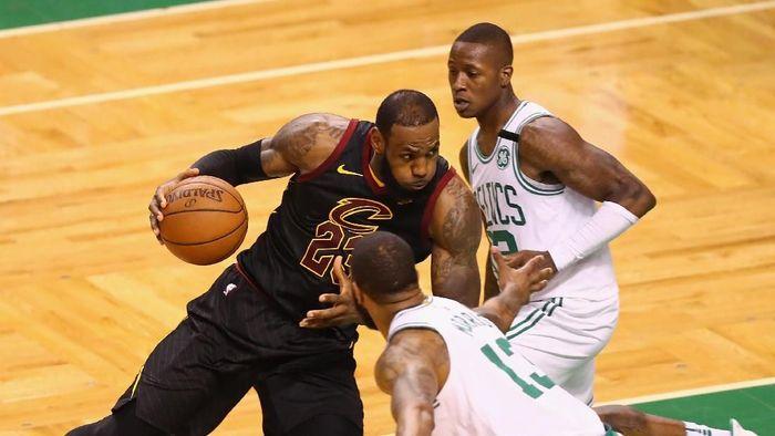 LeBron James tampil gemilang untuk mengantar Cleveland Cavaliers ke final NBA (Foto: Adam Glanzman/Getty Images)