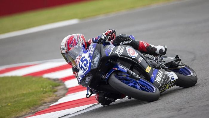 Valentino Rossi bangga dengan pencapaian Galang Hendra. (Foto: Yamaha Racing Indonesia)