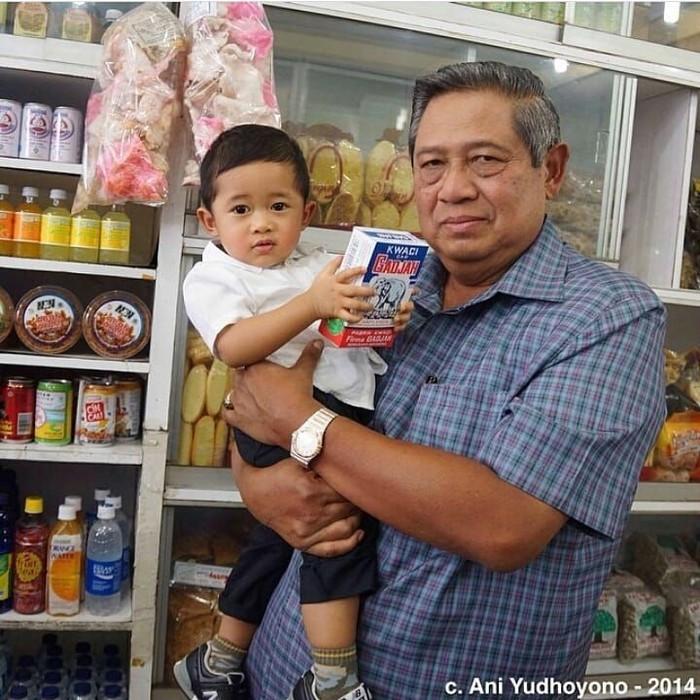 Bersama cucunya, begini gaya SBY saat belanja di pusat oleh-oleh makanan khas. Cucunya di gendongan terlihat tengah memegang kuaci kemasan besar. Gemas! Foto: instagram @susilobambangyudhoyonofans