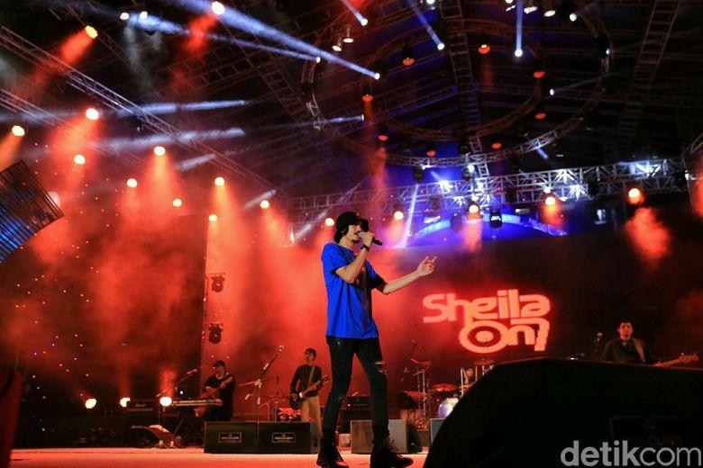 Sheila On 7 tampil membawakan lagu-lagu andalanya. Foto: Ismail/detikHOT