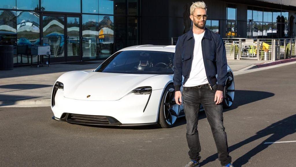 Adam Levine dan Mobil Listrik