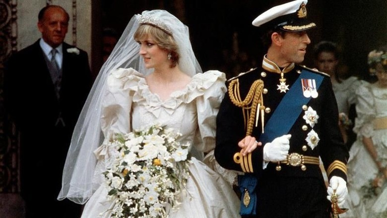 An official family photo taken on 29 July 1981, the wedding day of Prince Charles (C-R) and Lady Diana (C-L), the Princess of Wales.   Back Row, from L - R:  Mark Phillips, Prince Andrew, Viscount Linley, the Duke of Edinburgh, Prince Edward, the Princely Couple, Ruth, Lady Fermoy (the brides grandmother), Lady Jane Fellowes (the brides sister), Viscount Althorp (Dianas brother) and Robert Fellowes. Center row, from L - R: Princess Anne, Princess Margaret, the Queen Mother, Queen Elizabeth II, India Hicks, Lady Sarah Armstrong-Jones, Mrs. Shand Kydd (Dianas mother) Count Spencer, Lady Sarah McCorquedale (Dianas sister), Neil McCorquedale. Front row: ushers and bridesmaids. AFP PHOTO POOL / AFP PHOTO / POOL / -