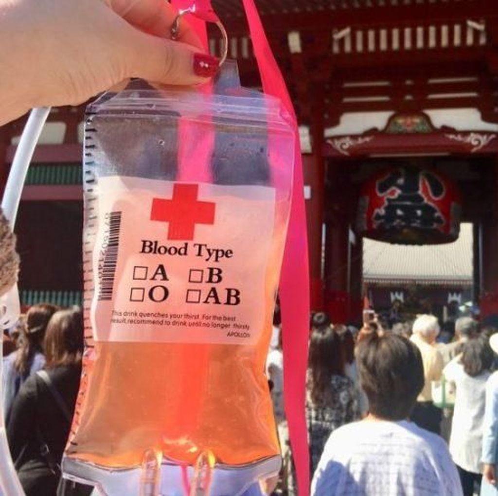 Di Festival Jepang, Jus Ini Ditaruh dalam Kantung Darah yang Unik