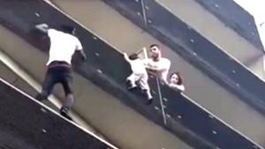 Viral, Spiderman Panjat Gedung dan Selamatkan Bocah di Paris