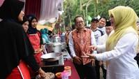 Bupati Pandeglang, Irna Narulita menjadi juri dalam lomba memasak ikan. Istimewa/Jurnalis Mancing.