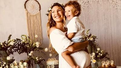 Curhat Candice Swanepoel Mengurus 2 Anak Batita Sekaligus