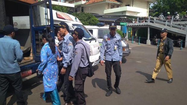 Siti Maya dibawa petugas Dinsos ke PSBI Kedoya setelah diperiksa di RS Budi Kemulyaan