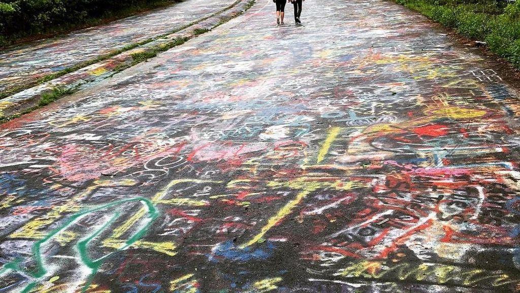 Jalanan di Kota Ini Dipenuhi Grafiti
