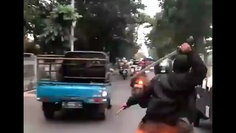 Viral! Geng Motor di Bandung Acungkan Senjata Tajam ke Pengendara