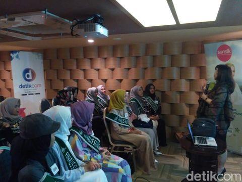 Suasana pembekalan finalis Sunsilk Hijab Hunt 2018 di kelas public speaking