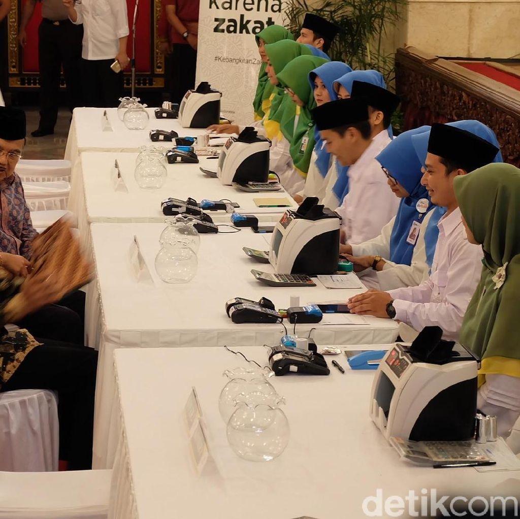Jokowi-JK, hingga Para Menteri Bayar Zakat di Istana